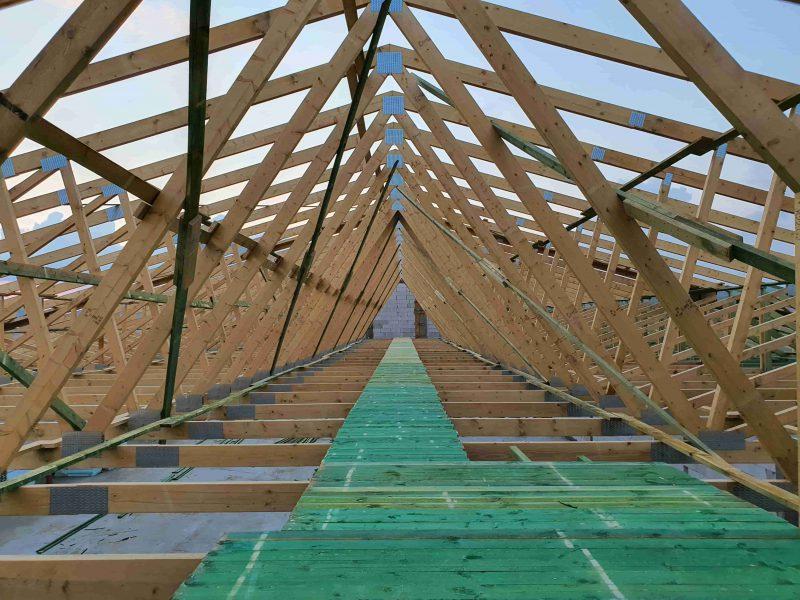 Drewno do zadań specjalnych – dźwigary dachowe i płytki kolczaste