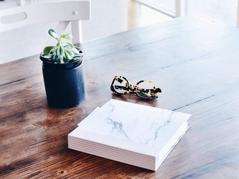 stół i krzesła z naturalnego drewna